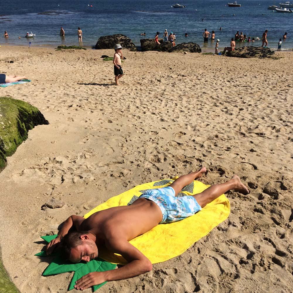 Caréfil se repose sur sa serviette de plage