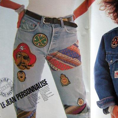 un jean personnalisé avec des écussons colorés en 1995