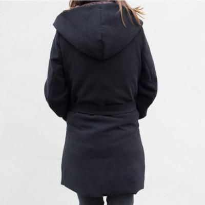 Manteau Noir de mademoiselle M vu de dos