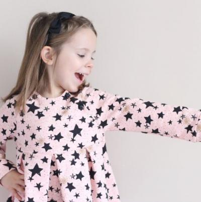 Une jolie robe enfant vu par Johanna du blog les Tou'Doux qui a sélectionné 1 tissu + 1 patron.